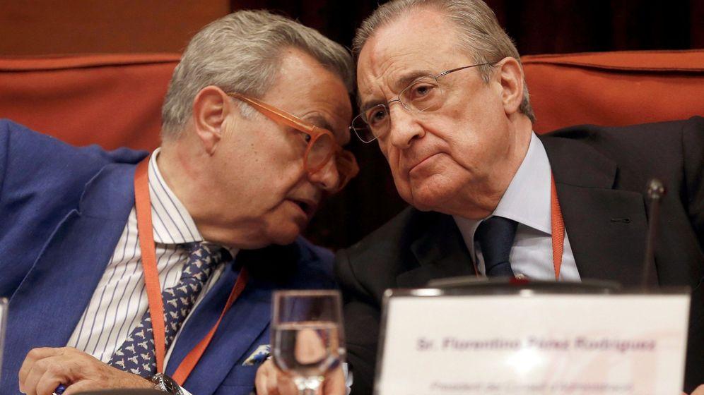 Foto: El presidente de ACS, Florentino Pérez, (d) escucha al secretario general de ACS, José Luis del Valle (i).