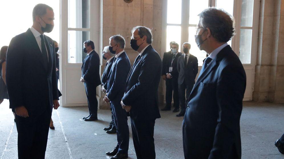 Foto: Felipe VI saluda a los presidentes autonómicos. En ese momento, a Quim Torra y Alberto Núñez Feijóo. (EFE)