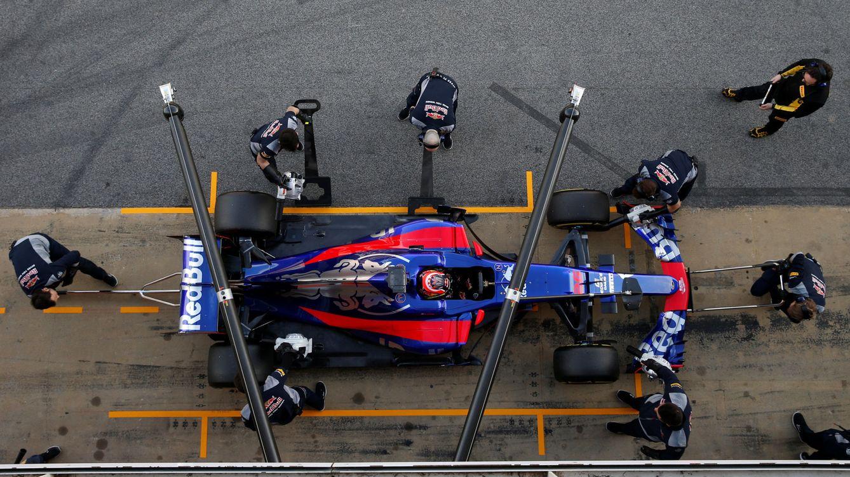 Foto: Los mecánicos trabajan en el Toro Rosso durante las sesiones de entrenamiento en Montmeló (Albert Gea/Reuters)