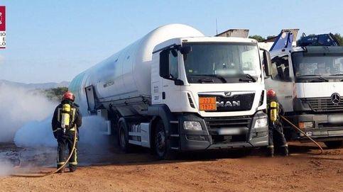 Controlan la fuga de metano líquido de un camión en un área de servicio de la A-7