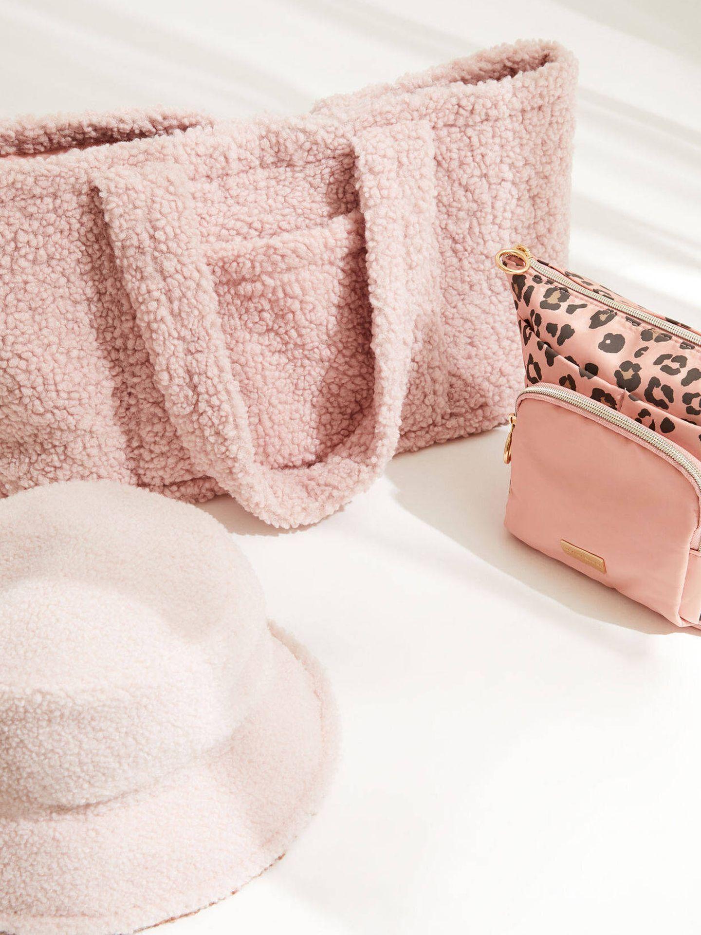 Pack de bolso, neceser y gorro de Women Secret. (Cortesía)