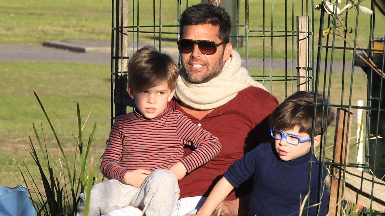 Foto: El cantante Ricky Martin junto a sus hijos Valentino y Matteo (Gtres)