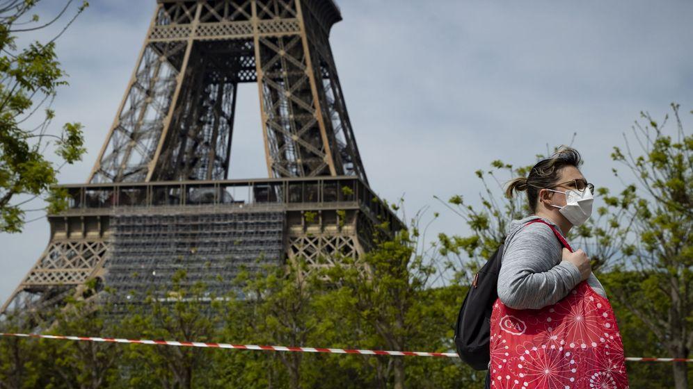 Foto: Una mujer, frente a la torre Eiffel. (EFE)