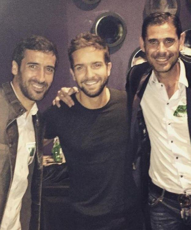 Foto: Pablo Alborán junto a Raúl González y Fernando Hierro (Instagram)