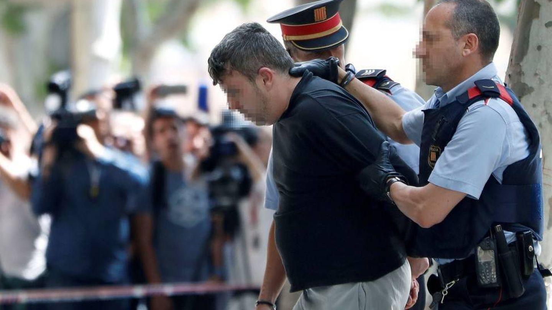 Los Mossos, con el detenido en relación al asesinato. (EFE)
