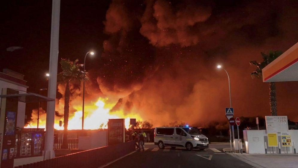 Foto: Imagen de las llamas en el poblado. (EFE)