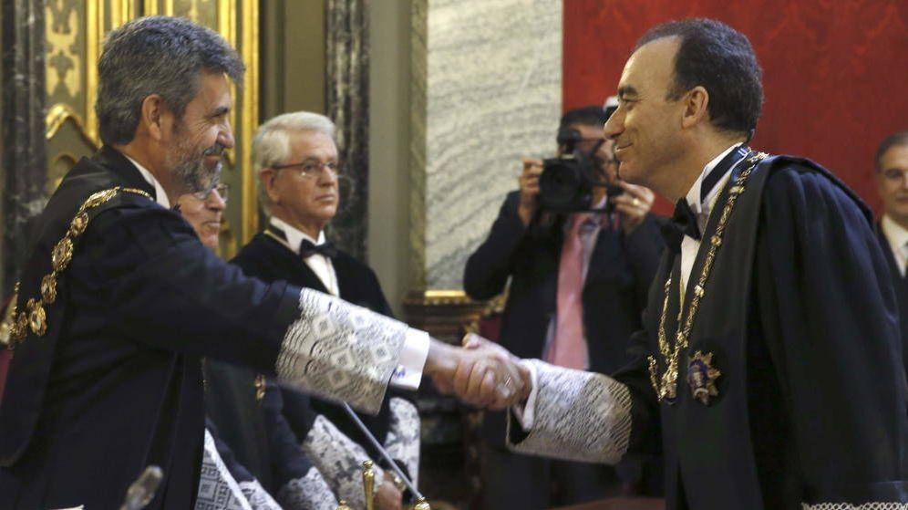Foto: A la derecha, el próximo presidente del CGPJ, Manuel Marchena, da la mano a su antecesor Carlos Lesmes. (EFE)