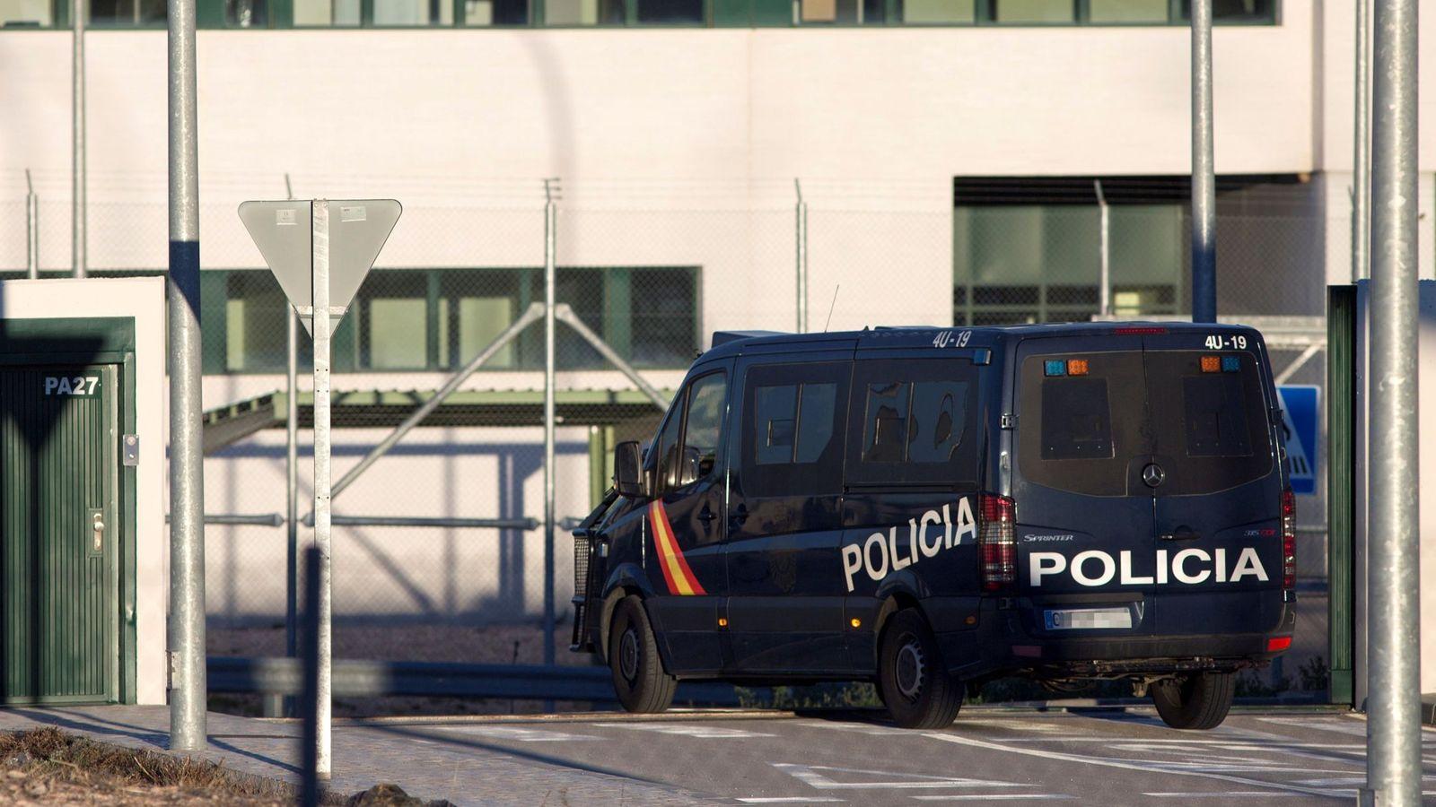 Foto: Imagen de archivo de un furgón de la Policía Nacional. (EFE)