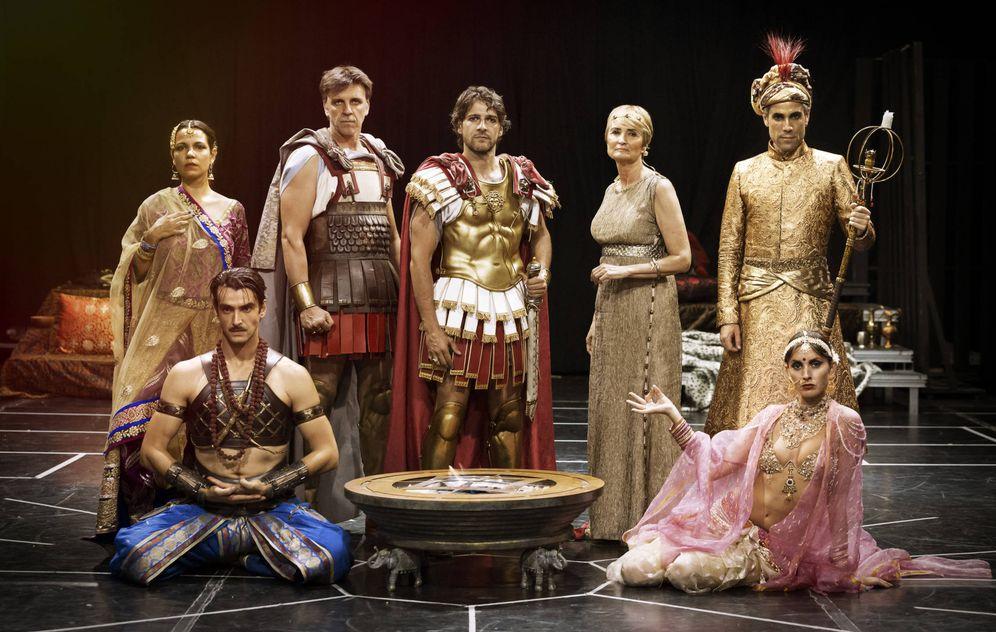 Foto: El elenco de 'Alejandro Magno', dirigida por Luis Luque (Festival de Mérida / Enrique Cidoncha)