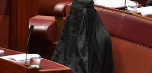 Post de Australia: protesta antimusulmana de una líder 'ultra' oculta bajo un burka