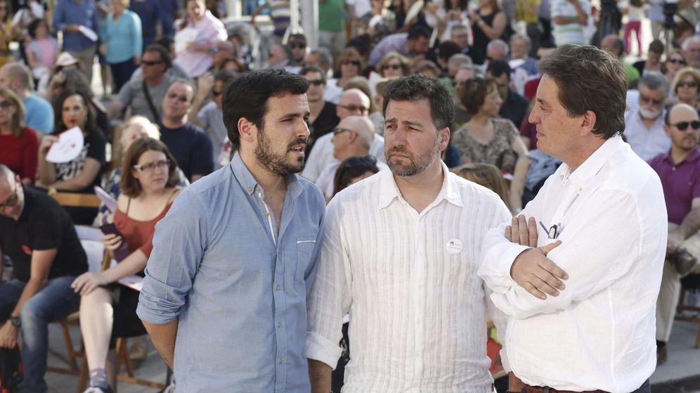 Foto: Pedro del Cura (en el centro), alcalde de Rivas, en un mitin de IU. (EFE)