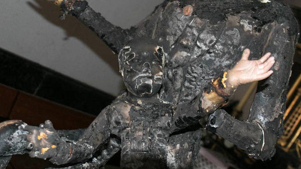 Foto: La imagen de La Dolorosa y el Niño Jesús que ha quedado calcinada por la acción del vándalo.