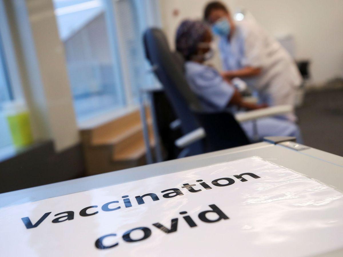 Foto: Un miembro del personal médico recibe una dosis de la vacuna contra el coronavirus de Pfizer-BioNTech en un hospital de Bruselas, Bélgica. (Reuters)