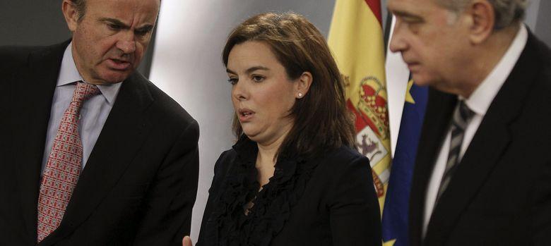 Foto: La vicepresidenta del Gobierno(c) junto al ministro de Economía, Luis de Guindos (i), y el de Interior. (EFE)
