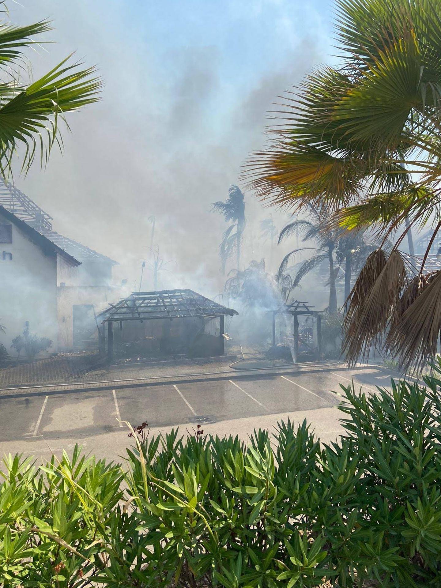 Incendio en un complejo hotelero de Estepona. (EC)