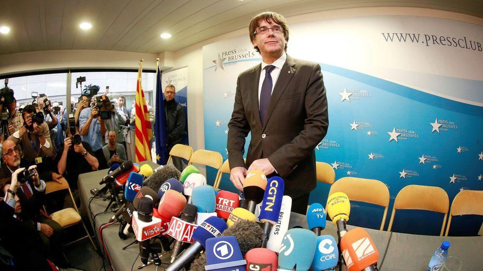 Foto: El expresidente de la Generalitat de Cataluña Carles Puigdemont posa en el interior del Club de la Prensa de Bruselas. (EFE)