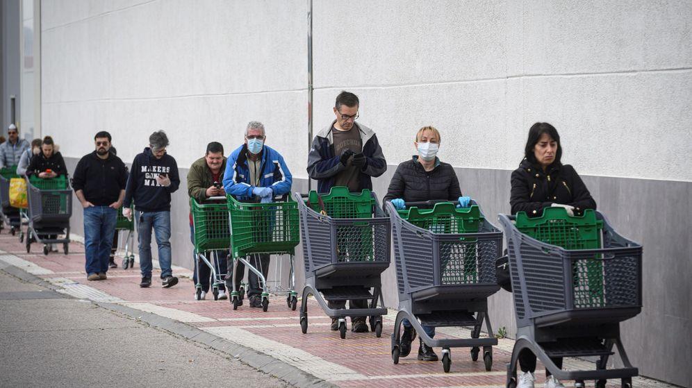 Foto: Clientes de un supermercado, esperando su turno para entrar. (EFE)