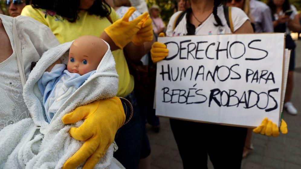 Foto: Víctimas de la supuesta trama de bebés robados se concentran este martes a la entrada de la Audiencia Provincial de Madrid. (EFE)