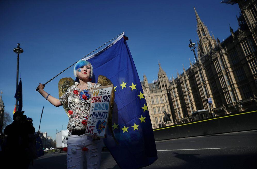 Foto: Una manifestante contraria al Brexit protesta ante el Parlamento británico, en Westminster. (Reuters)