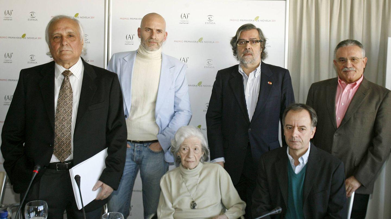 Raúl del Pozo, Ana María Matute y Ramón Pernas, entre otros, en el anuncio de un ganador del Primavera. (Efe)