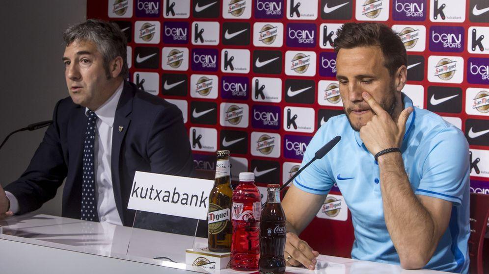 Foto: Gurpegui (der.), junto al presidente del Athletic, Josu Urrutia (Iñaki Andrés/EFE)