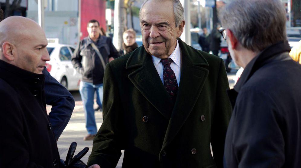 Foto: Jaime botín, en el centro, a su llegada a un juzgado de Madrid. (EFE)