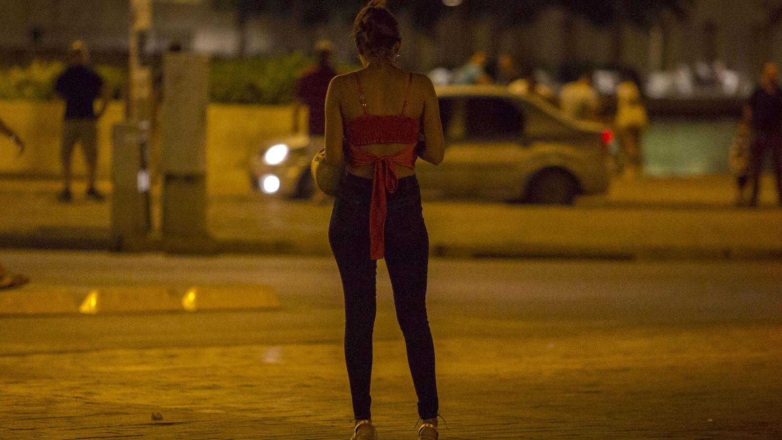 Foto: Una prostituta, trabajando a la intemperie. (EFE)
