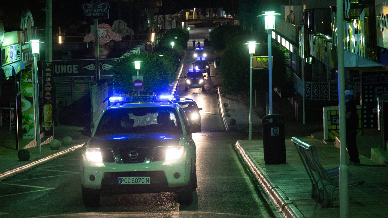 Varias patrullas de la Guardia Civil recorren la calle Punta Ballena, en Magaluf. (D. B.)