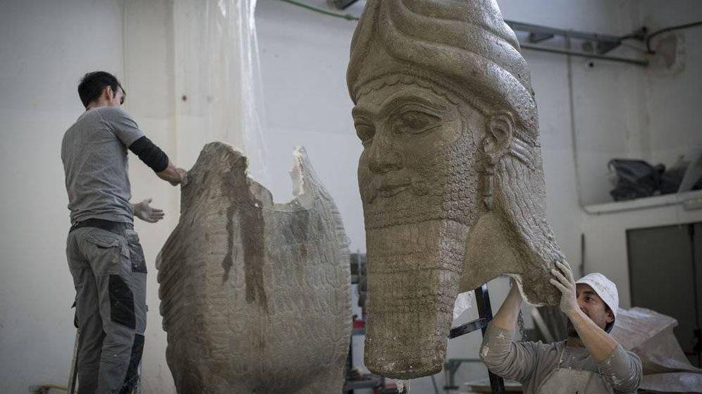 Foto: Ensamblaje de las réplicas de las estatuas. (Ministerio de Exteriores)
