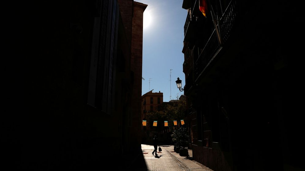 Foto: A person walks past valencia flags after regional authorities postponed the fallas festival amidst coronavirus concerns in valencia