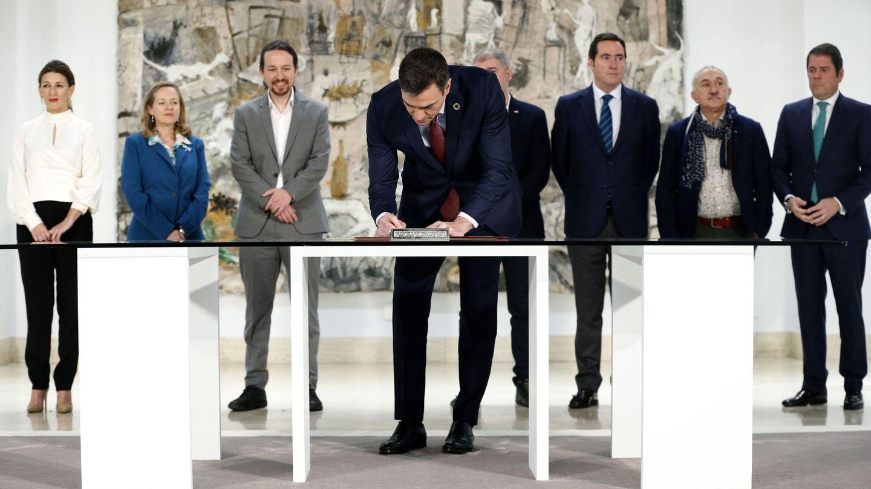 El presidente del Gobierno, Pedro Sánchez, firmando la subida del SMI. (EFE)