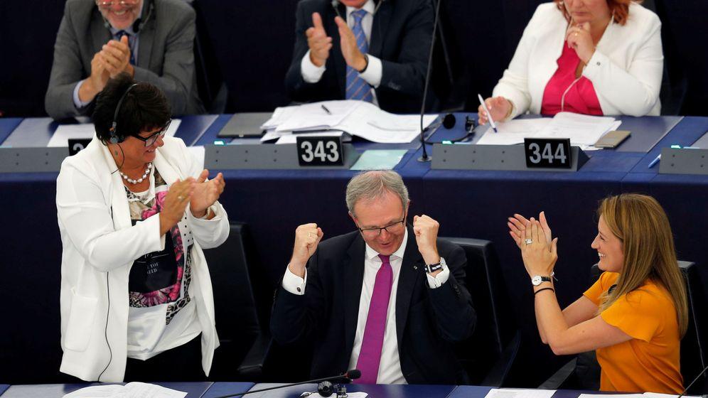 Foto: Alex Voss celebra la aprobación de la reforma del 'copyright' en Estrasburgo (Reuters)