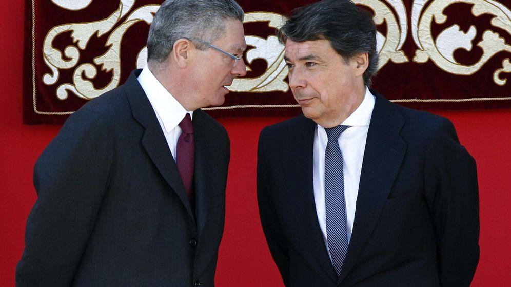 Foto: Los ex presidentes de la Comunidad de Madrid Ignacio González y Alberto Ruiz-Gallardón. (EFE)
