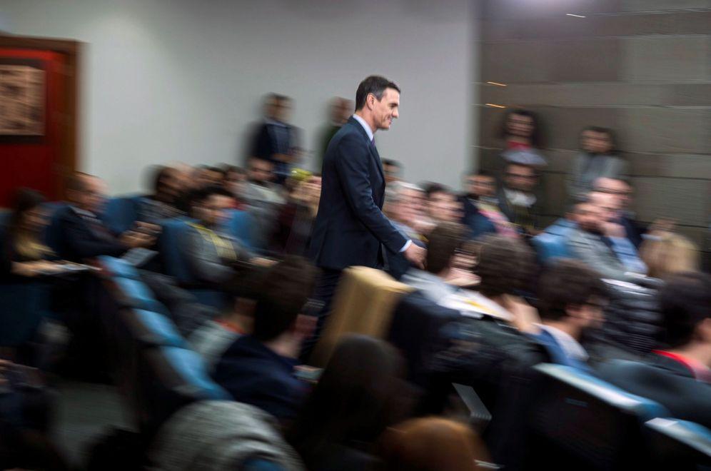 Foto: Pedro Sánchez, dirigiéndose al atril de la sala de prensa de la Moncloa, este 14 de enero. (EFE)