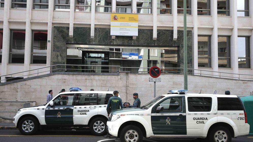 Foto: Dos vehículos de la Guardia Civil en Las Palmas de Gran Canaria. (EFE)