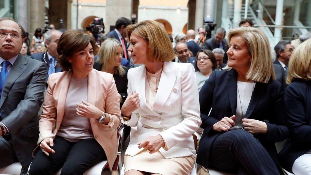 Foto: Fotografía de archivo de Soraya Sáenz de Santamaría (i) y María Dolores de Cospedal. (EFE)