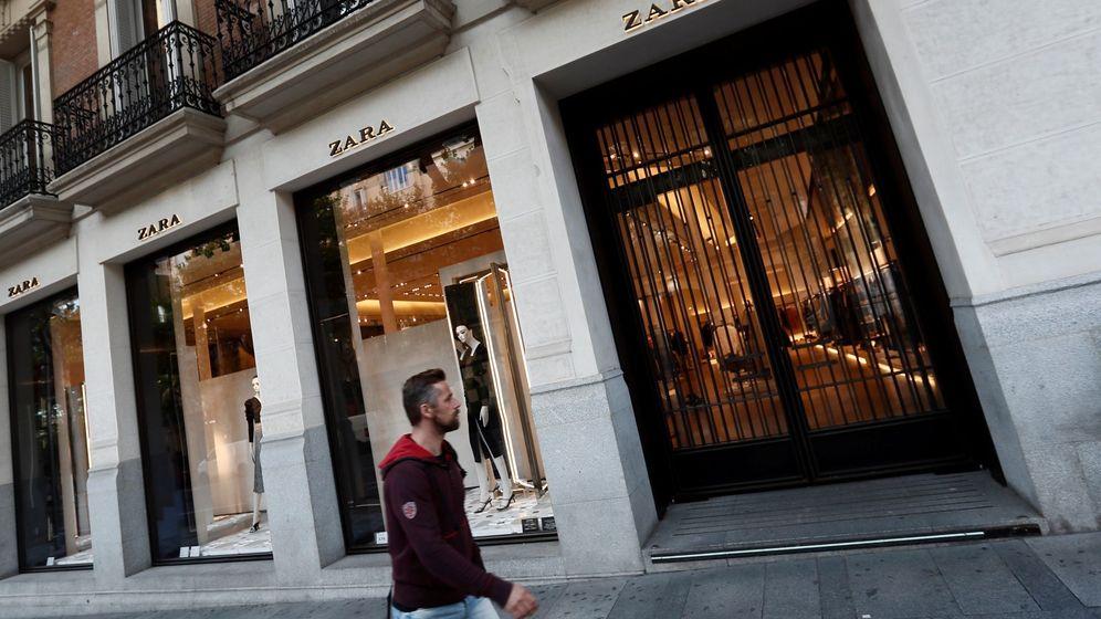 Foto: Vista de la fachada de una de las tiendas de la cadena Zara en Madrid cerradas. (EFE)