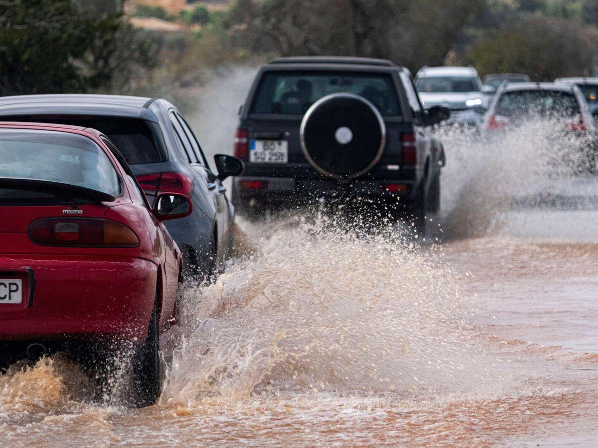 Foto: Cortadas cuatro carreteras de Mallorca por las fuertes lluvias. (EFE)