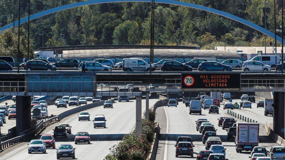Foto: Un luminoso prohíbe la velocidad a más de 70 km h en la vía de circunvalación de la M-30. (EFE)