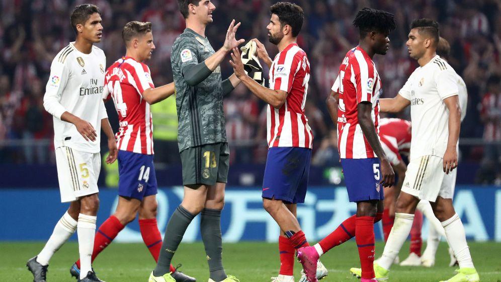 Foto: Thibaut Courtois y Diego Costa se saludan después del Atlético de Madrid-Real Madrid. (Reuters)