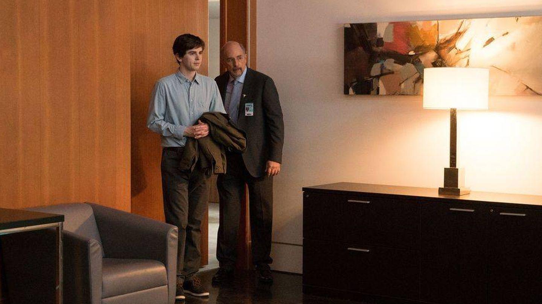 Aaron Glassman, presidente del hospital, recibiendo a Murphy.