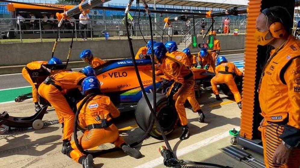 Foto: De nuevo las paradas en boxes se han cebado con Carlos Sainz. Esta vez, una pistola. (McLaren)