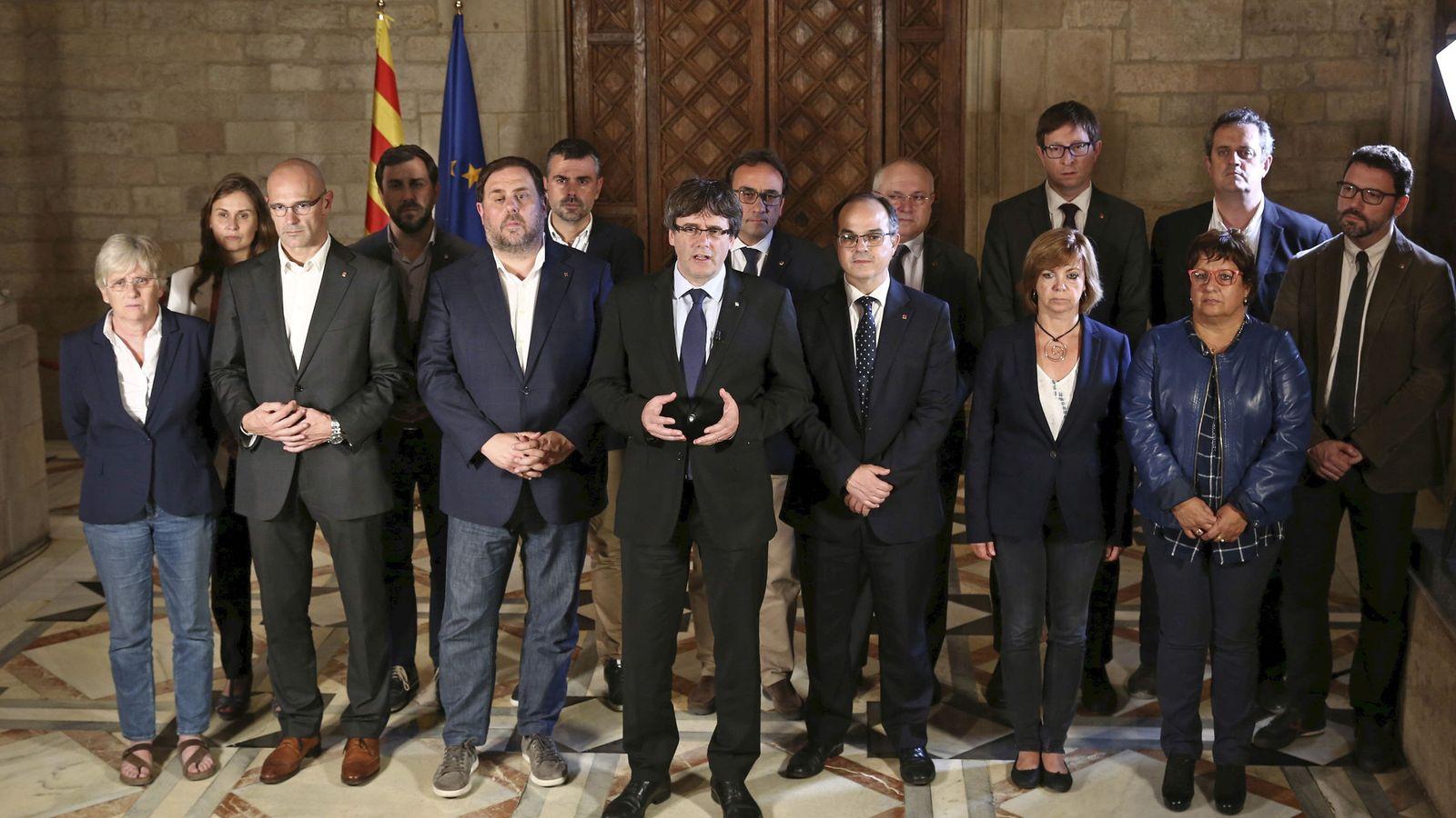 Foto: Fotografía facilitada por la Generalitat de la declaración del president catalán Carles Puigdemont y su gobierno tras el referéndum ilegal. (EFE)