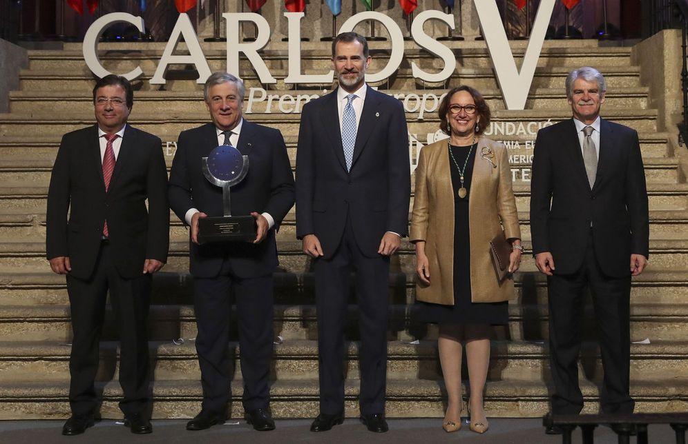 Foto: Felipe VI entregó el premio al presidente del Parlamento Europeo, Antonio Tajani (2i). (EFE)