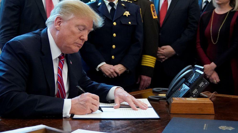 Foto: Donald Trump firma el veto. (Reuters)