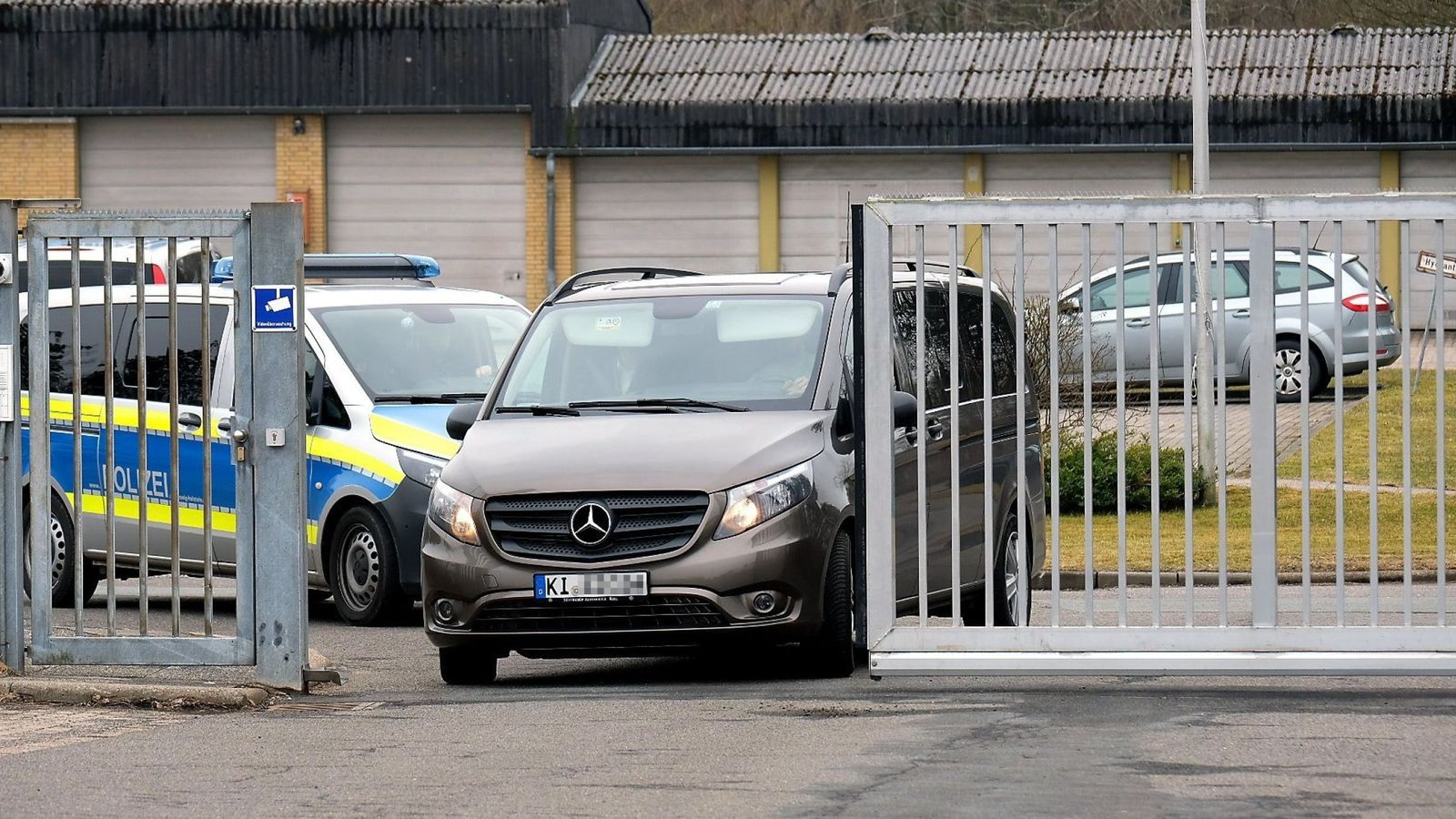 Foto: Una furgoneta traslada al expresidente Carles Puigdemont a la prisión de Neumünster, en Alemania. (Reuters)