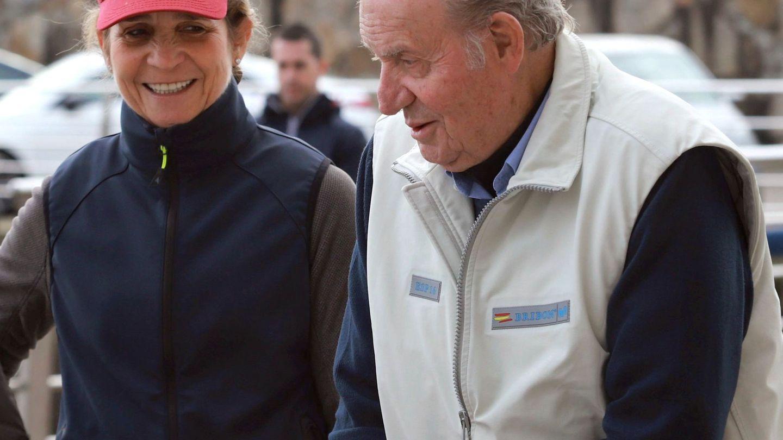 El Rey emérito, acompañado por la infanta Elena en el Club Náutico de Sanxenxo. (EFE)