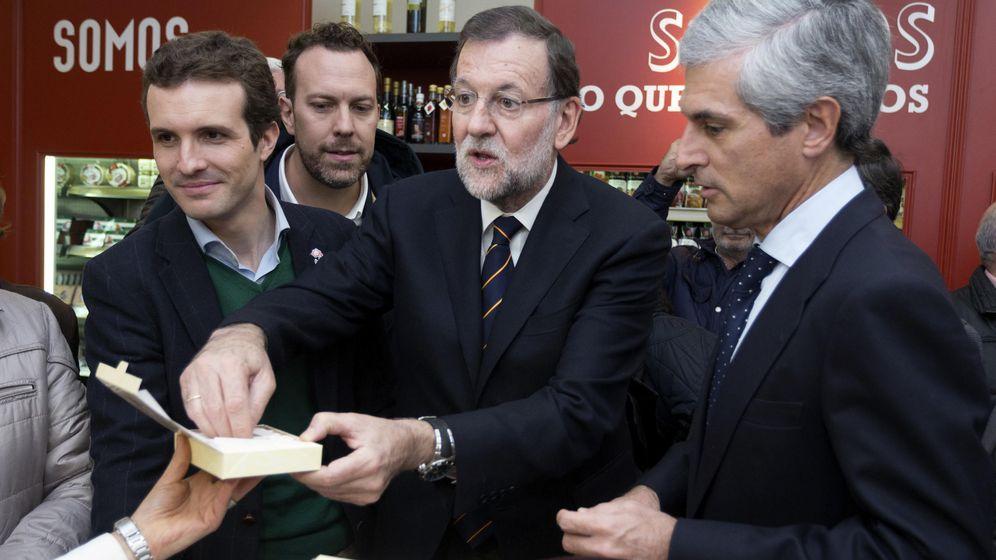 Foto: El presidente del Gobierno en funciones, Mariano Rajoy, junto al vicesecretario de Comunicación del PP, Pablo Casado. (Efe)