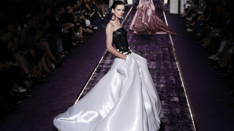 En el desfile de alta costura de Versace.  (EFE)