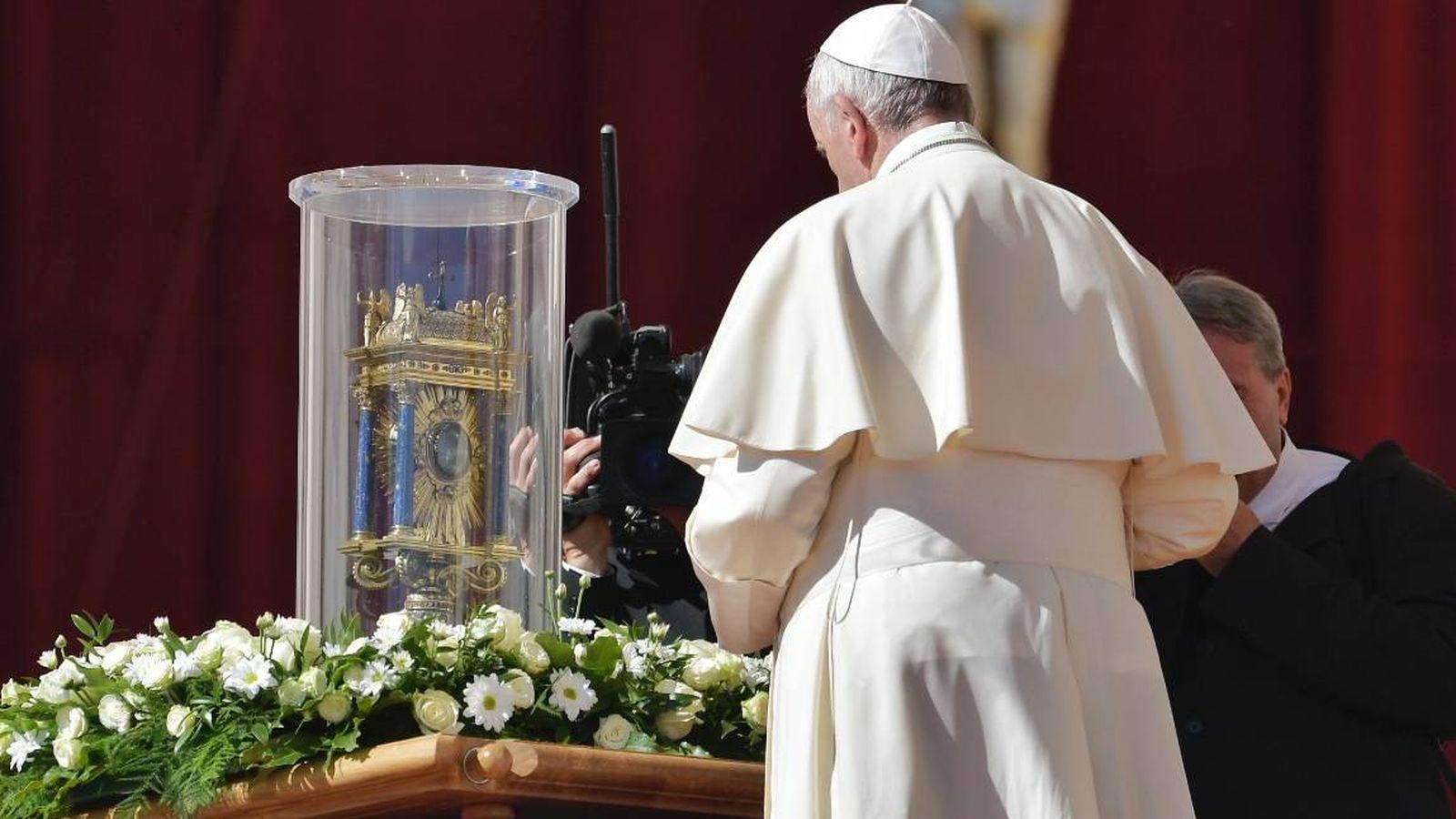 Foto: El papa Francisco orando frente al corazón de San Vicente de Paúl.